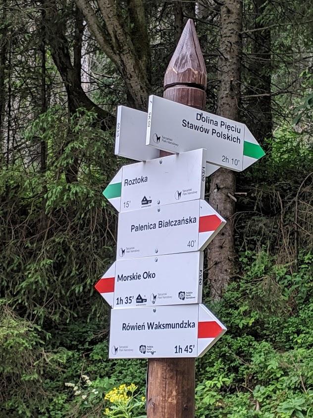 Trekking in Polonia, escursione sui Monti Tatra: segnali per Morskie Oko e Dolina Pieciu Stawów