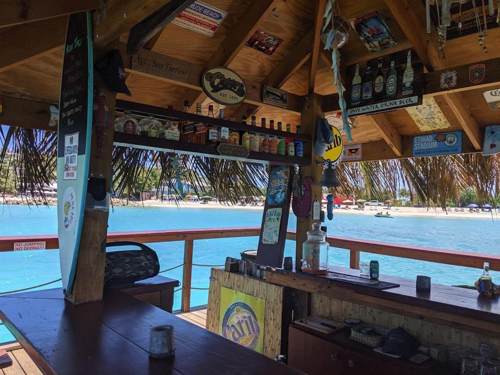 Cosa fare ad Antigua: il Kon Tiki bar a Dickenson bay