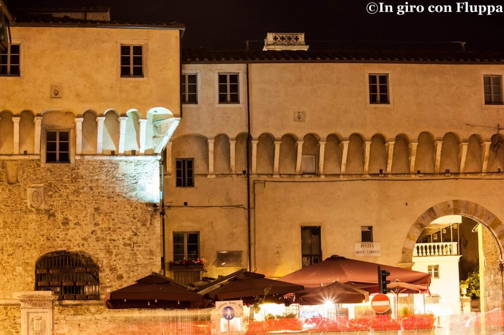 Pietrasanta - ingresso del centro storico, Piazza Carducci