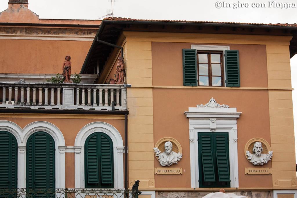 Pietrasanta - busti di Michelangelo e Donatello