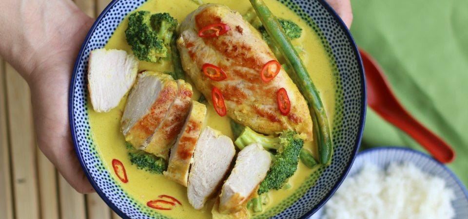 חזה עוף ברוטב קארי צהוב, קרם קוקוס וירקות. צילום: בת חן דיאמנט