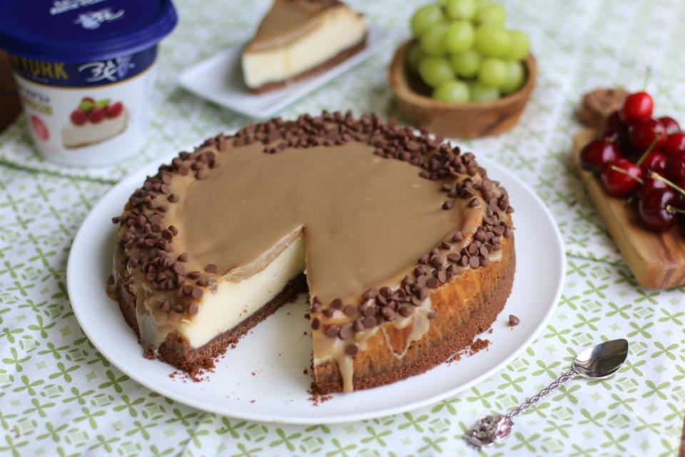 עוגת גבינה בציפוי רוטב קפוצ'ינו ושוקולד לבן של בת חן דיאמנט