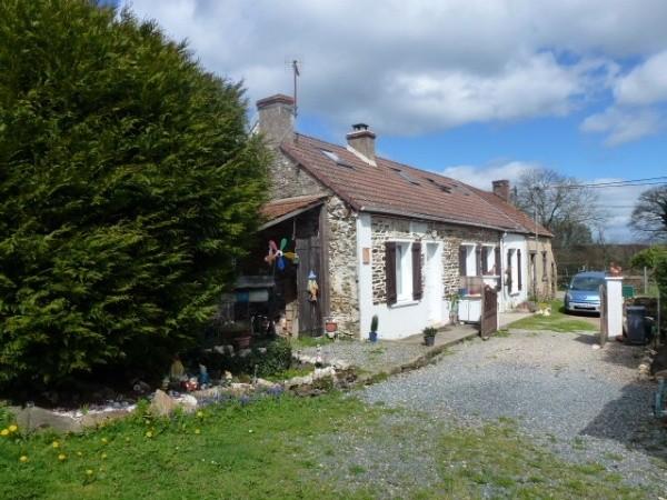 une petite maison en pierre r nov e avec go t et un jardin cl tur dans la campagne. Black Bedroom Furniture Sets. Home Design Ideas