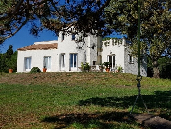 Character Villa With 250 m2 Of Living Space On 5667 m2 In The Countryside 10 Min From The Sea.