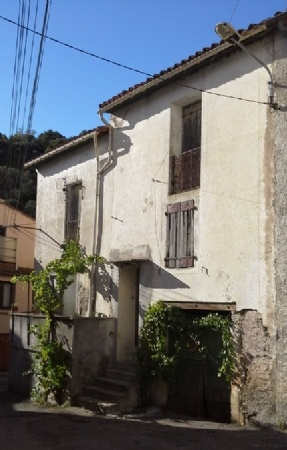 Hamlet Character House To Renovate With 110 m2 Of Living Space And Cellars. Good Price.