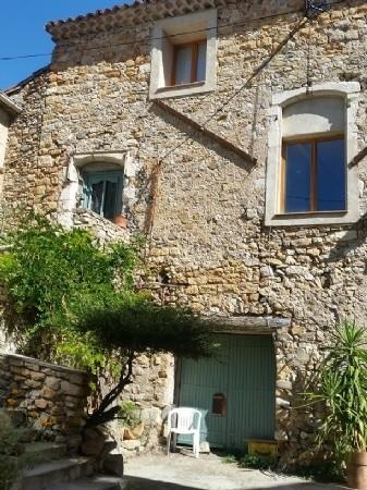 Maison en pierre spacieuse au coeur du village