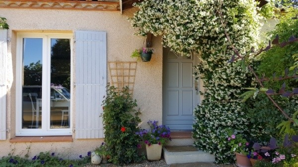 Very Charming Single Storey Villa With 98 m2 Of Living Space On 669 m2 With Pool.
