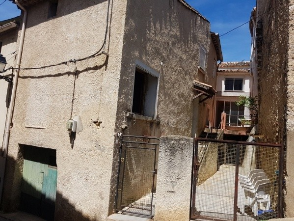 Quaint Village House To Renovate With 110 m2 Of Living Space, Garage, Courtyard And Terrace.