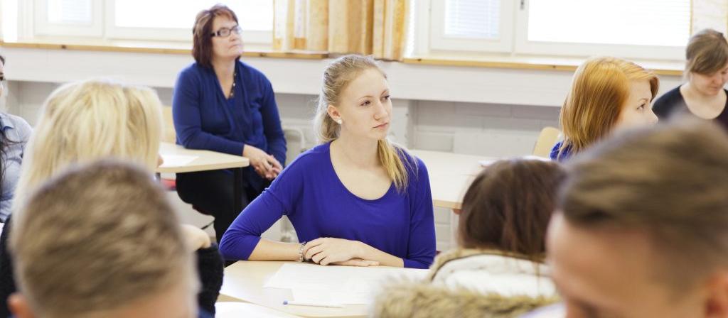 Kuvassa oppilaat keskittyvät päivätyötunnilla