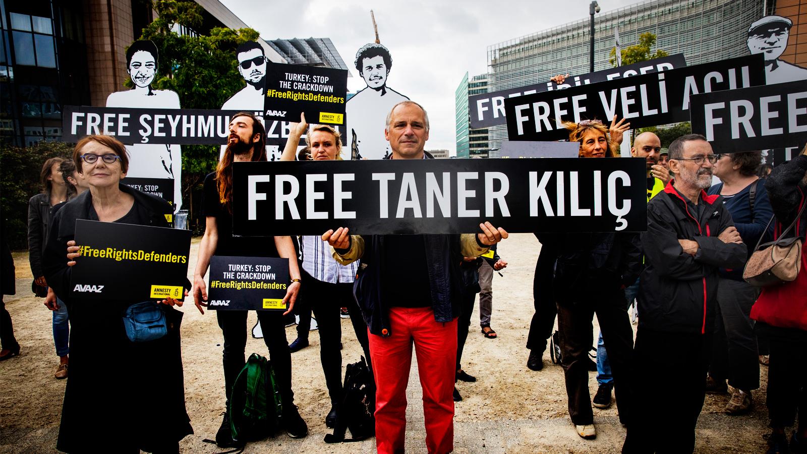 Kuvassa mielenosoittajat vaativat Turkissa pidätettyjen ihmisoikeuspuolustajien vapautusta.