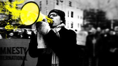 Kuvassa mies huutaa pipo päässä mielenosoituksessa megafoniin. Kuva on pikselöity ja mustavalkoinen lukuunottamatta megafonia, joka on keltainen.