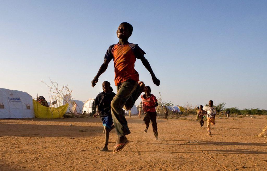 Kuva lapsista juoksemassa kilpaa