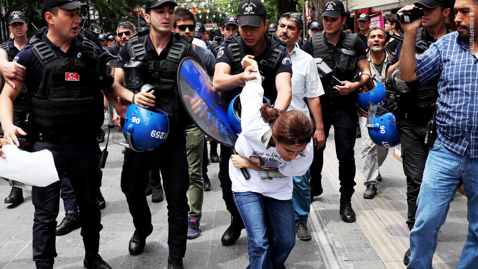 Turkki: poliisi pidättämässä mielenosoittajaa