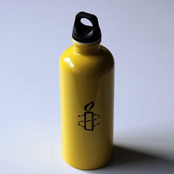 Kuvassa Amnesty-juomapullo