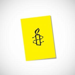 Kuvassa keltainen kortti, jossa Amnestyn kynttilälogo