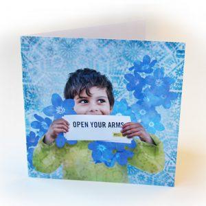 Kuvassa kortti, jossa pieni pakolaispoika.