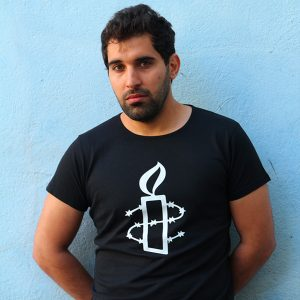 Kuvassa musta Amnesty-paita mallin päällä.