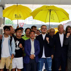 Mielenosoittajia sateenvarjojen kanssa. Sateenvarjot antoivat nimen vuoden 2014 Sateenvarjo-liikkeelle, jossa mielenosoittajat suojautuivat kyynelkaasulta sateenvarjoin,