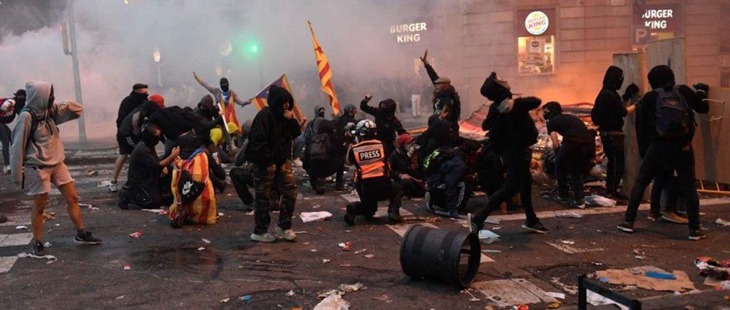 Mielenosoittajia ja poliiseja kadulla Barcelonassa