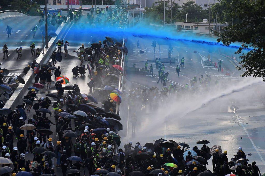Poliisi ampuu mielenosoittajia vesitykeillä Hongkongissa