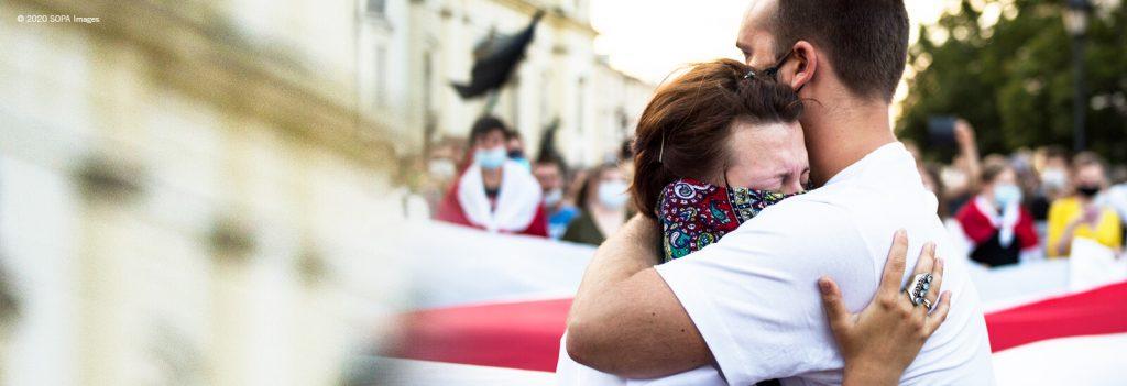 Pariskunta halaa Valko-Venäjän mielenosoituksissa