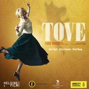 TOVE-elokuvan juliste, jossa Tove Janssonia näyttelevä Alma Pöysti tanssii. Keltaisella taustalla muumihahmo ja elokuvalippuja.
