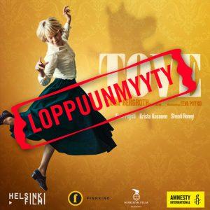 """TOVE-elokuvan juliste, jossa Tove Janssonia näyttelevä Alma Pöysti tanssii. Keltaisella taustalla muumihahmo. Päällä punainen teksti """"loppuunmyyty""""."""