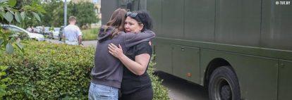 Okrastinan vankilan edustalla kaksi naisoletettua halaa