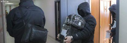 Valko-Venäjän poliisi ratsaa toimistoa