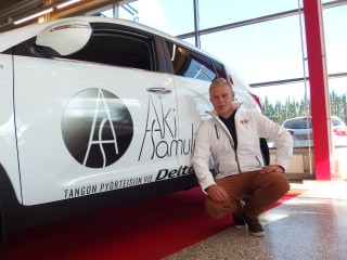 Delta Auto ja uusi tangokuningas Aki Samuli ovat tehneet yhteistyösopimuksen.