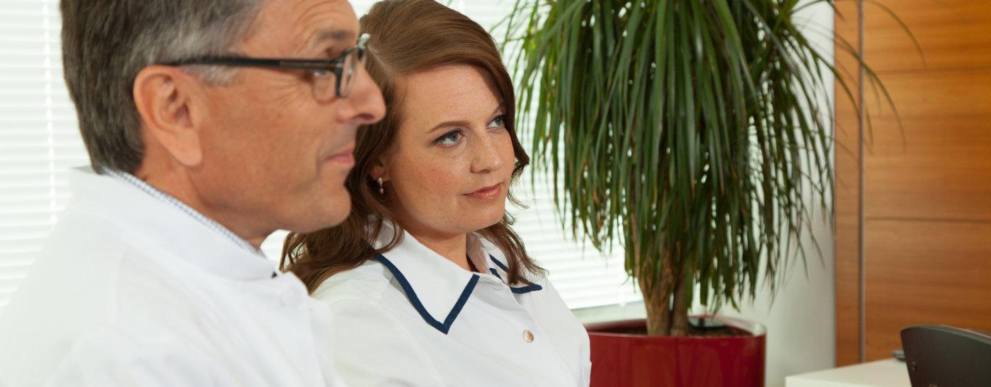 Docrates Syöpäsairaalan johtava ylilääkäri Tom Wiklund ja Koordinoiva hoitaja Aili Aaltonen