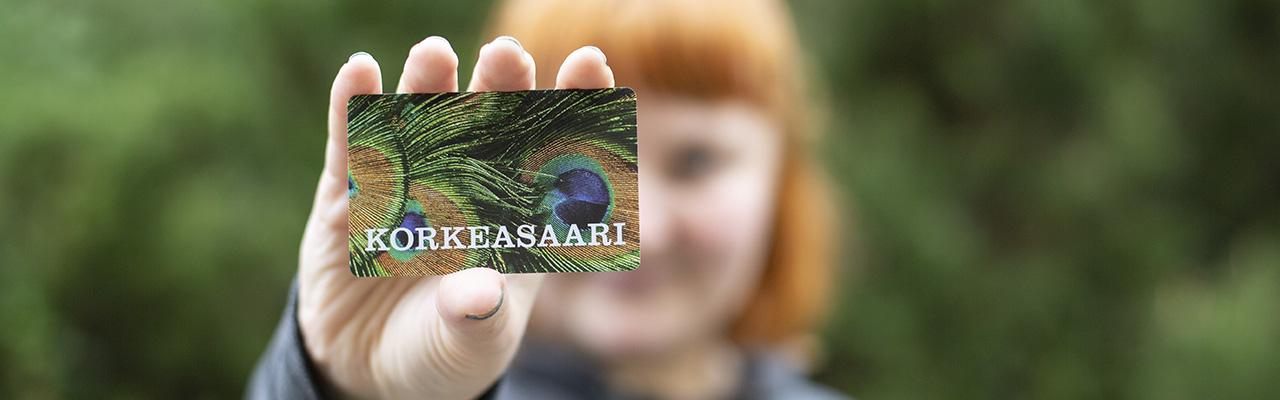 Korkeasaaren vuosikortti naisen kädessä
