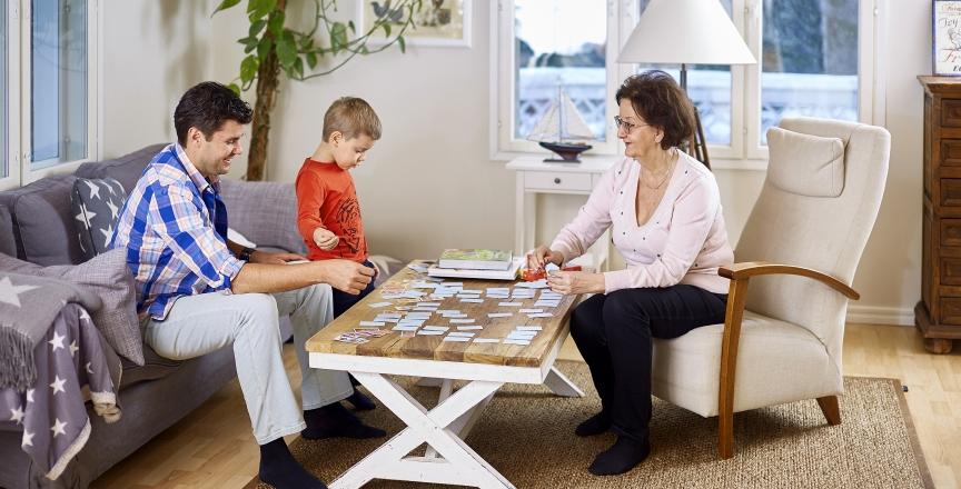 isä, poika, isoäiti olohuoneessa