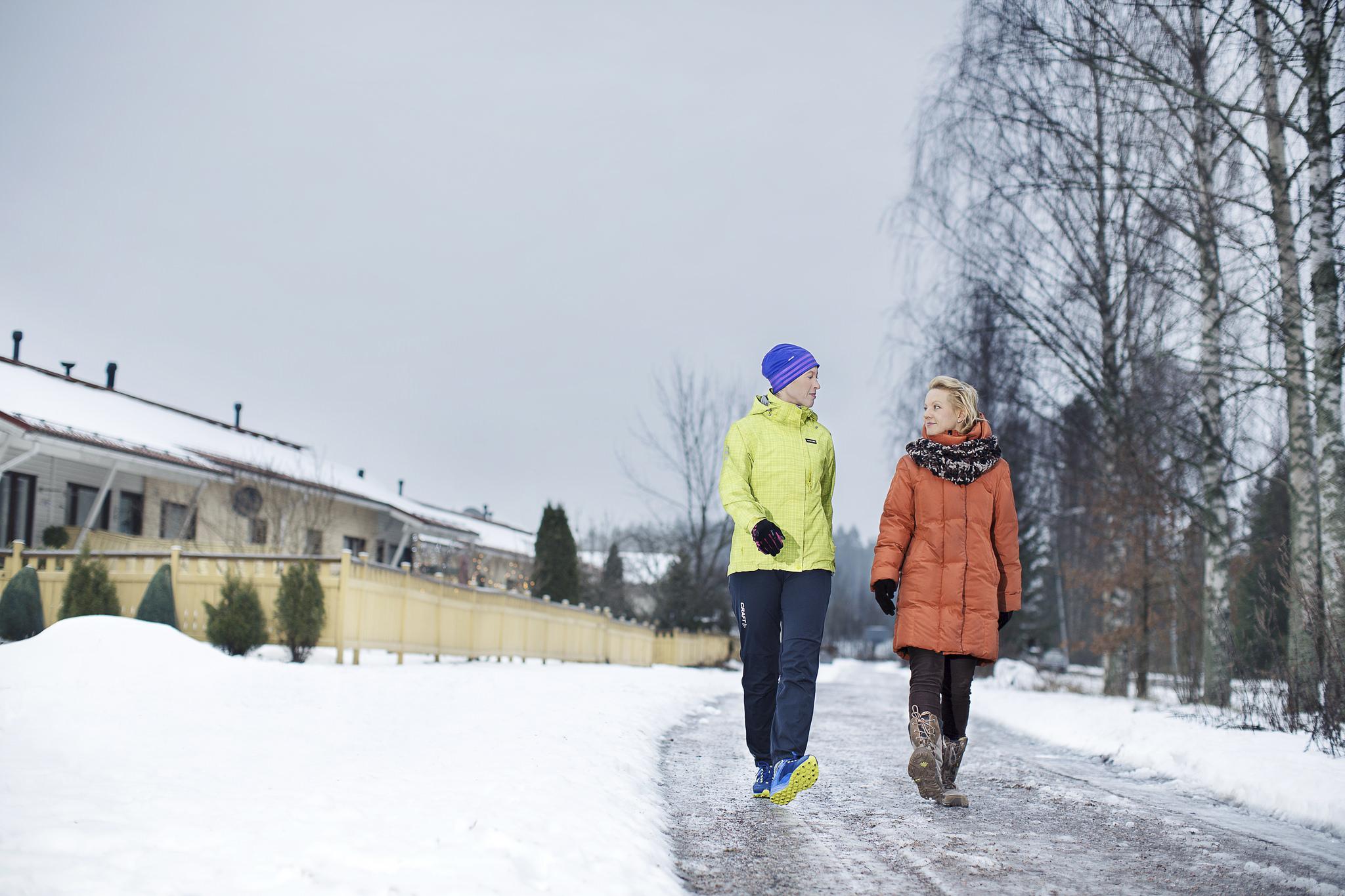 Två människor är på väg under vinter.