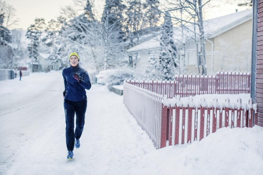 Nainen juoksee nastakengillä