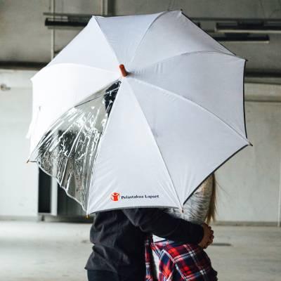 valkoinen  ikkuna  sateenvarjo Pelastakaa Lapset logolla, heijastava reuna