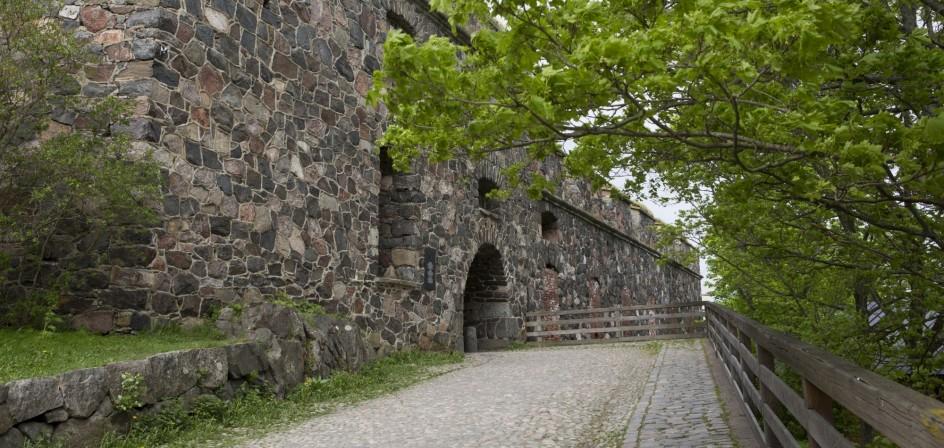 Pääreitiltä muurinreuna ja kasematin aukko linnanpihalle tultaessa.