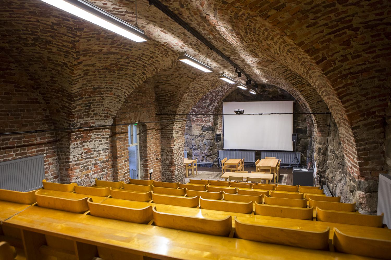 Paarlastihuoneessa on tiilinen holvikatto ja penkkirivit ovat auditoriomuodossa.