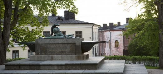 Augustin Ehrensvärdin hauta kesällä, sivusta linnanpihan laidalta katsottuna.