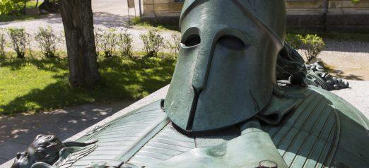 Augustin Ehrensvärd hauta kesällä edestäpäin, lähikuva.