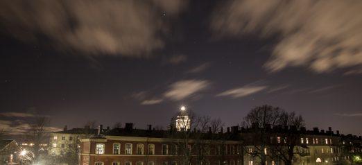 Suomenlinnan kirkon torni yöaikaan. Edustalla asuinrakennus.