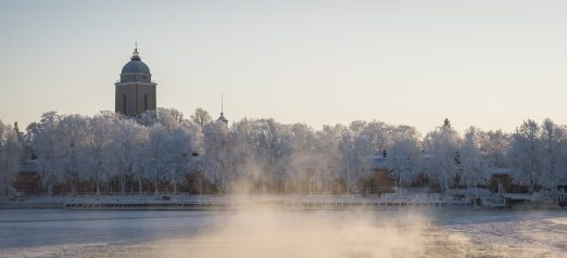 Talvinäkymä lautalta kohti Suomenlinnaa.