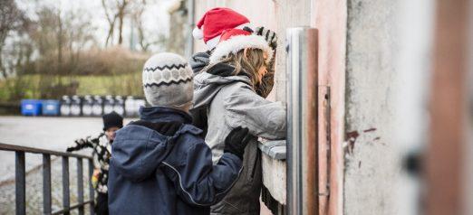 Lapsia katsomassa Linnoitustontun reitillä ikkunasta sisään.