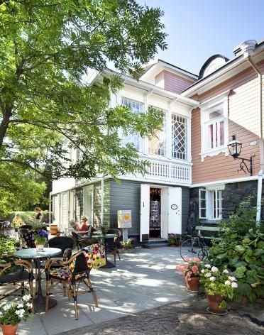 Lelumuseo kuvattuna ulkoa kesällä. Etualalla Café Samovarbarin terassi.
