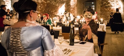 Tenalji von Fersenin juhlatilan sisällä meneillään illallinen historiallisissa asuissa.