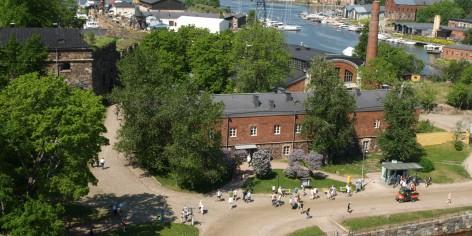 Suomenlinnan kävijöitä Susisaarella ylhäältä kuvattuna.