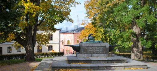 Suuri linnanpiha syksyllä.