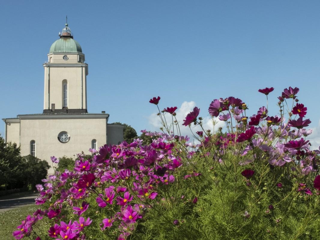 Suomenlinnan kirkko Kurtiinitalon pihalta nähtynä.