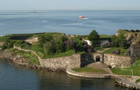 Kuninkaanportti kuvattuna ilmasta kesällä. Kuninkaanportin ympärillä näkyy merta ja linnoituslaitteita.