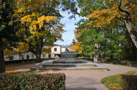 Augustin Ehrensvärdin hautamonumentti Suurella Linnanpihalla Suomenlinnassa. Kuva on otettu syksyllä.